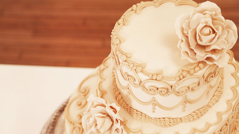 Contemporary Wedding Cake with Classic Piping | CakeMade